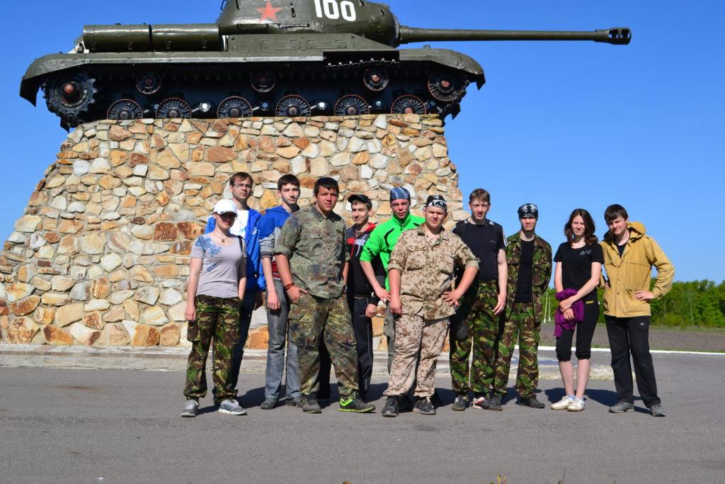 участники экспедиции рядом с памятником танкистам