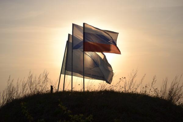 флаги в базовом лагере на тепловской высоте